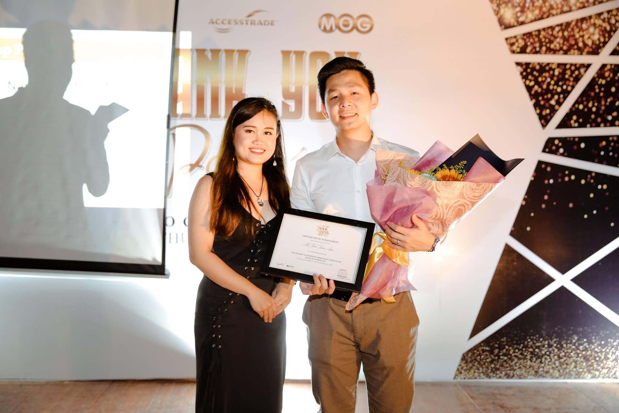 Ms. Thanh Thanh trao giải cho Publisher Hà Trần Tuấn Anh
