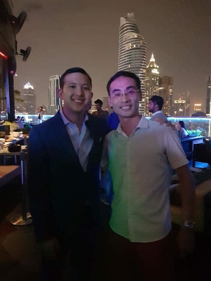 Ảnh: Anh Charles Ngo (trái) và anh Đỗ Hữu Hưng – ACCESSTRADE CEO (phải) trong 1 sự kiện Affiliate quốc tế
